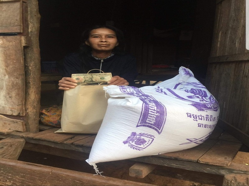 Distribution of food and money to Cambodian children's families in need
